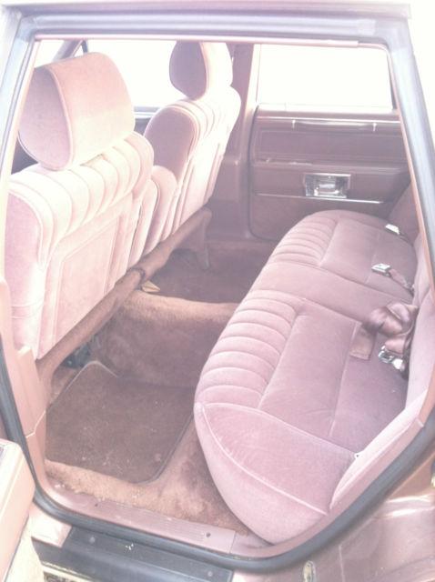 Classic 1989 Lincoln Town Car Signature Se Sedan 4 Door 5 0l